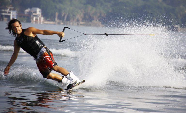 Jak zacząć przygodę z wakeboardem? Przygotuj się do następnego sezonu